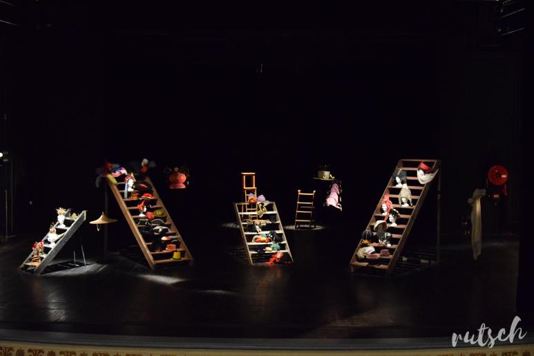 Chapeaux sur la scène du théâtre