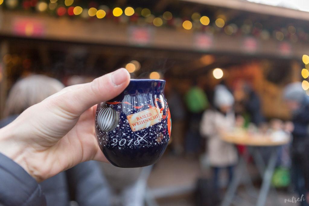 Vin chaud, dans une tasse à l'effigie de la ville