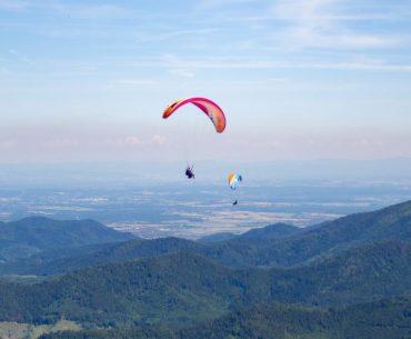 Parapente au dessus des Vosges, avec Bâle en toile de fond
