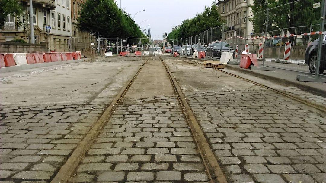 Anciens rails du Tramway, découverts lors de travaux en 2010 (Photo : Niko67000)