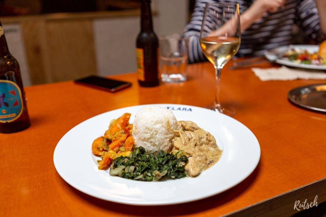 Poulet Yassa et verre de blanc italien