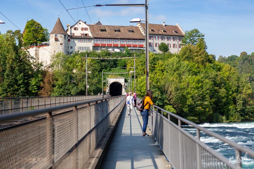 Sur le viaduc, menant au Château de Laufen