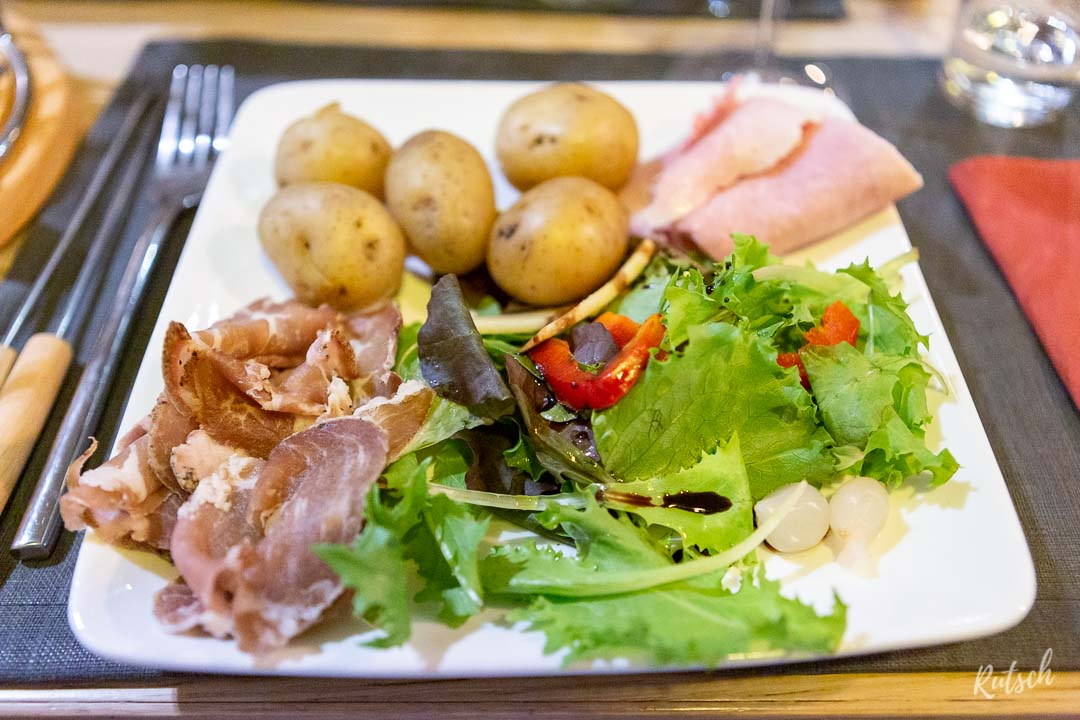 Assiette de charcuteries, pommes de terre et salade