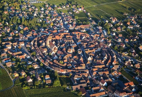 Eguisheim vue du ciel, par Tristan Vuano